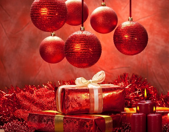 christmas-balls-in-red-color